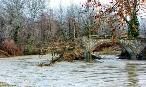Καιρός ΤΩΡΑ: Κατέρρευσε γέφυρα στην Καστοριά εξαιτίας της κακοκαιρίας (pics+vids)