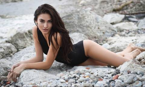 Η καυτή Ελληνίδα που κολάζει με τις... αμαρτωλές πόζες της! (pics)