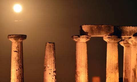 Έχει πανσέληνο απόψε κι είν' ωραία… Μαγικές εικόνες από τη Σούπερ Σελήνη