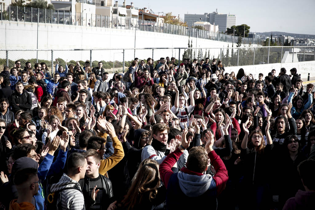 Συγκέντρωση διαμαρτυρίας μαθητών εξω από το υπουργείο Παιδείας (pics)