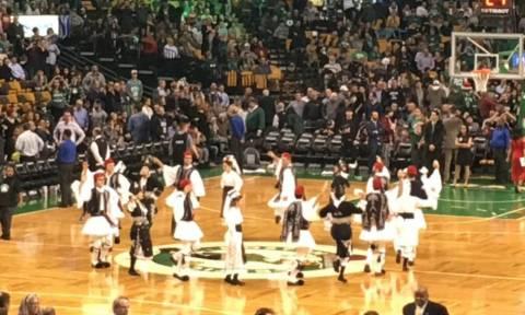 NBA: Γέμισε Ελλάδα το TD Garden των Σέλτικς στην ελληνική βραδιά (pics+vids)
