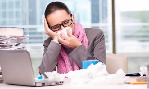 Τέσσερις τρόποι για να αποφύγετε φέτος το κρυολόγημα του γραφείου