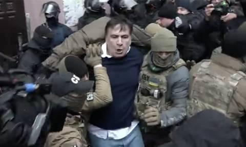 Σκηνές χάους στην Ουκρανία: Καρέ-καρέ η επίθεση οπαδών του Σαακασβίλι σε αστυνομικούς (Vid)