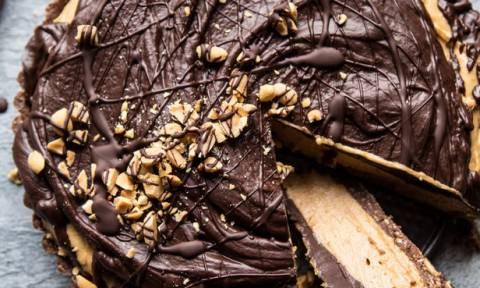 Ώρα να δοκιμάσεις αυτήν τη σοκολατένια τάρτα με φυστικοβούτυρο