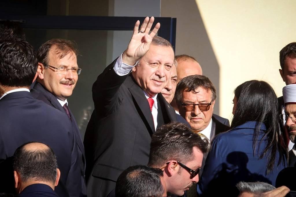 Τι σημαίνει ο χαιρετισμός του Ερντογάν με τα τέσσερα δάχτυλα στην Κομοτηνή