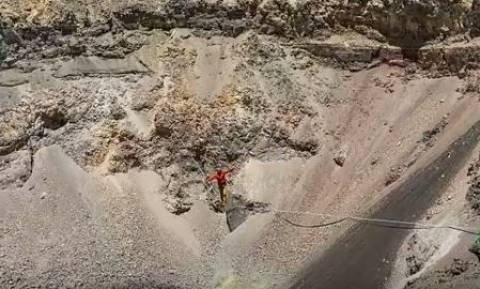Τρομακτικό βίντεο: Περπάτησε σε τεντωμένο σχοινί πάνω από κρατήρα ενεργού ηφαιστείου!