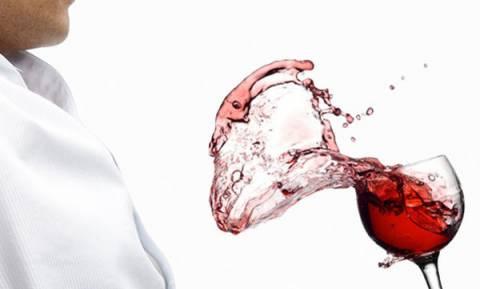 Δείτε πώς θα βγάλετε εύκολα λεκέδες από κόκκινο κρασί και κερί
