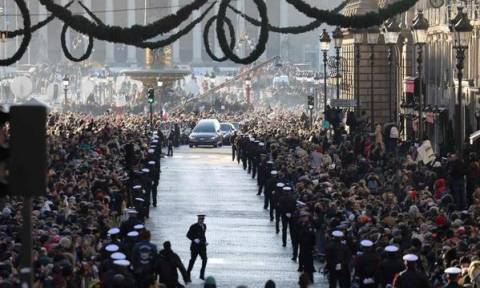 Δείτε τα σημαντικότερα στιγμιότυπα από την κηδεία του θρυλικού ρόκερ Johnny Hallyday (Vid)
