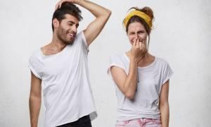Δυσοσμία σώματος: Τρεις παράξενες μυρωδιές και πού οφείλονται
