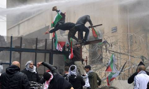 Λίβανος: Σφοδρές συγκρούσεις σε διαδήλωση κατά της αμερικανικής πρεσβείας - Έσπασαν την πόρτα (Vid)