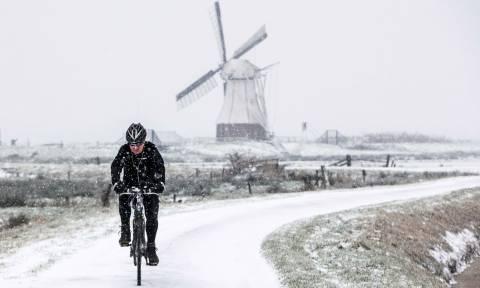 Σφοδρή χιονόπτωση πλήττει την Ολλανδία: Εκατοντάδες πτήσεις ακυρώθηκαν