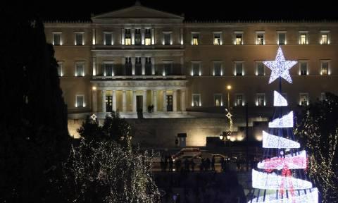 Χριστούγεννα 2017: Η Αθήνα φόρεσε τα γιορτινά της - Η φωταγώγηση του δέντρου στο Σύνταγμα (pics)