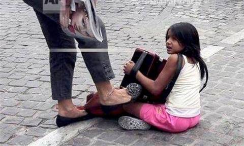 Φυλάκιση τριών μηνών για τη γυναίκα που κλώτσησε παιδάκι στην Ακρόπολη (pic)