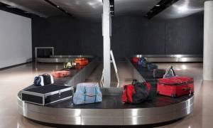 Ταξιδεύεις με αεροπλάνο; Το κόλπο για να έρχεται η βαλίτσα σου πάντα πρώτη στον ιμάντα