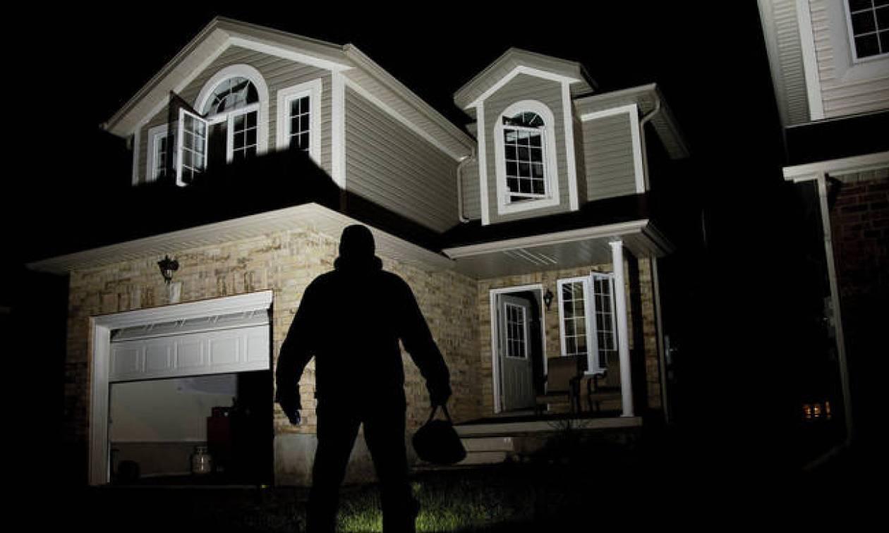 Πρωτοχρονιά: Έτσι θα κρατήσετε μακριά από το σπίτι σας τους ληστές ενώ εσείς θα διασκεδάζετε