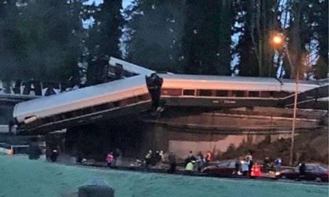 Τρένο εκτροχιάστηκε και συνετρίβη σε αυτοκινητόδρομο στην Ουάσινγκτον - Φόβοι για νεκρούς (Pics+Vid)