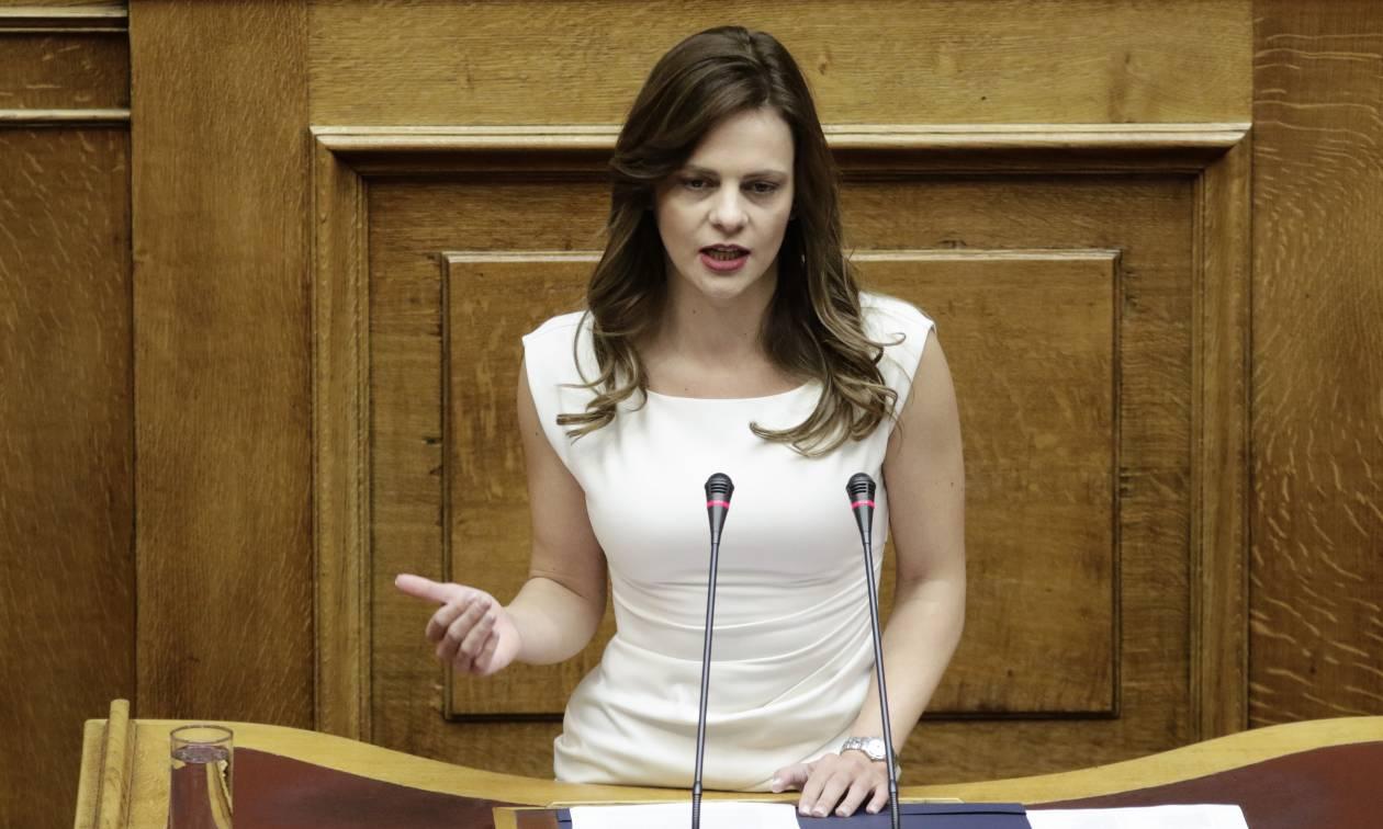 Η απάντηση της Αχτσιόγλου στον Μητσοτάκη για το «φιλοδώρημα» των 400 ευρώ