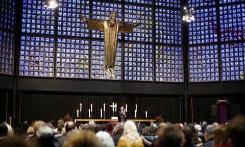 Γερμανία: Θρήνος στο Βερολίνο στην επέτειο της τρομοκρατικής επίθεσης στη χριστουγεννιάτικη αγορά