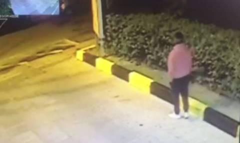 Βίντεο – ΣΟΚ: Η στιγμή που ο «δράκος» των Αμπελοκήπων επιτίθεται σε γυναίκα