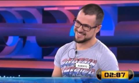 Επικό! Παίκτης σε τηλεπαιχνίδι είχε την απάντηση στην μπλούζα του κι απάντησε λάθος (vid)