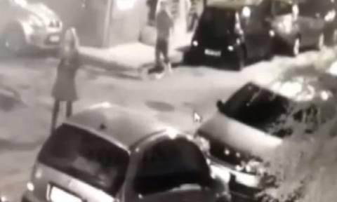 Νέο βίντεο - σοκ: Ο «δράκος» των Αμπελοκήπων επιτίθεται σε γυναίκα: Καρέ - καρέ η εφιαλτική στιγμή