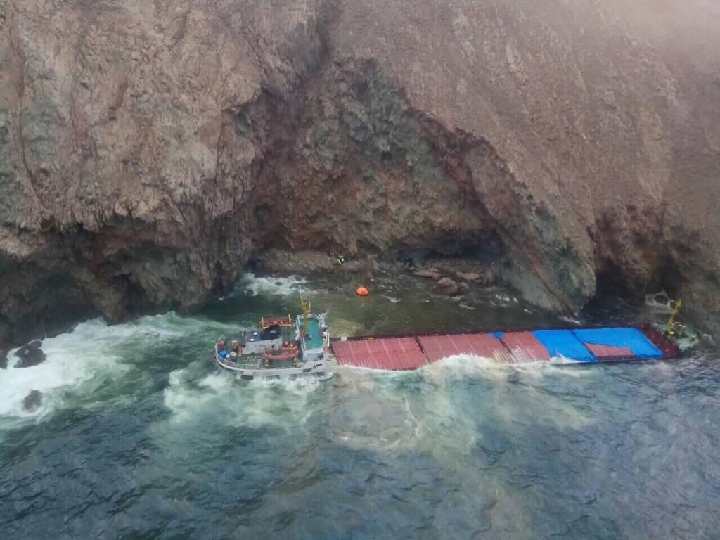 Καρέ καρέ η διάσωση θρίλερ του πληρώματος πλοίου που προσάραξε στη Μύκονο (pics&vid)