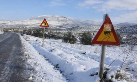 Καιρός ΤΩΡΑ: Υποχωρεί ο χιονιάς - Ποιοι δρόμοι είναι κλειστοί - Πού χρειάζονται αλυσίδες