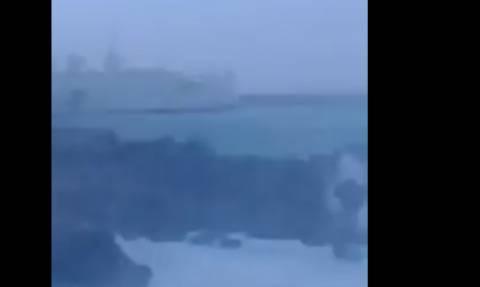 «Μάχη» του πλοίου Κρήτη II να δέσει στο λιμάνι (vid)