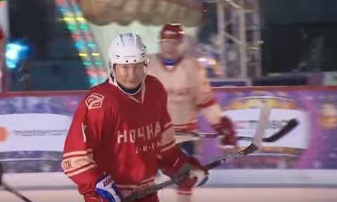 O Πούτιν έπαιξε χόκεϊ στη χριστουγεννιάτικη Κόκκινη Πλατεία! (vid)