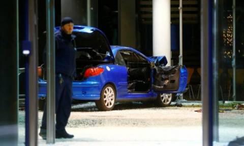 Συναγερμός στο Βερολίνο: Αυτοκίνητο «μπούκαρε» στα γραφεία του SPD (pics)