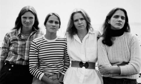 Η ιστορία που θα σας συγκινήσει: 4 αδελφές έβγαζαν για 40 χρόνια την ίδια φωτογραφία, μέχρι...(pics)