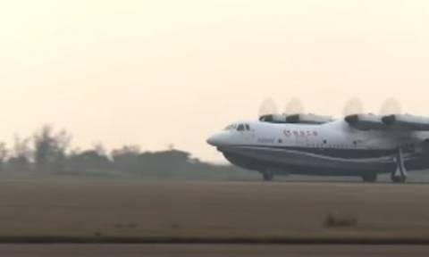 Στον αέρα το μεγαλύτερο αμφίβιο αεροσκάφος στον κόσμο! (vid)