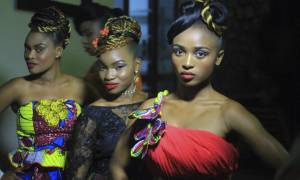 Απίστευτο: Επίδειξη μόδας σε αιματοβαμμένη περιοχή της Αφρικής