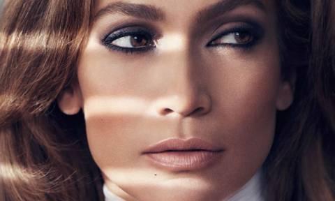 Η Jennifer Lopez κάνει yoga και μας δείχνει το πραγματικό της κορμί