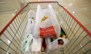 Τέλος σε λίγες μέρες οι δωρεάν πλαστικές σακούλες στα σούπερ μάρκετ