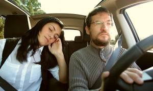 Η γυναίκα κοιμάται όσο ο άντρας οδηγεί και δείτε τι της κάνει! (pics)