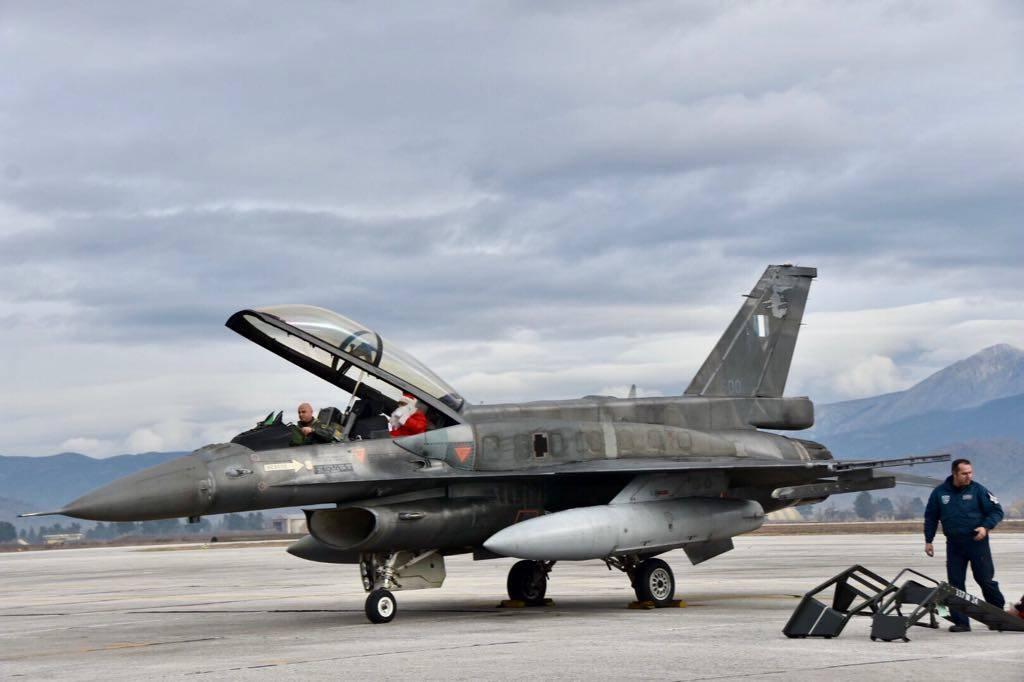 Ο Αη Βασίλης έφτασε με... F16 (pics)