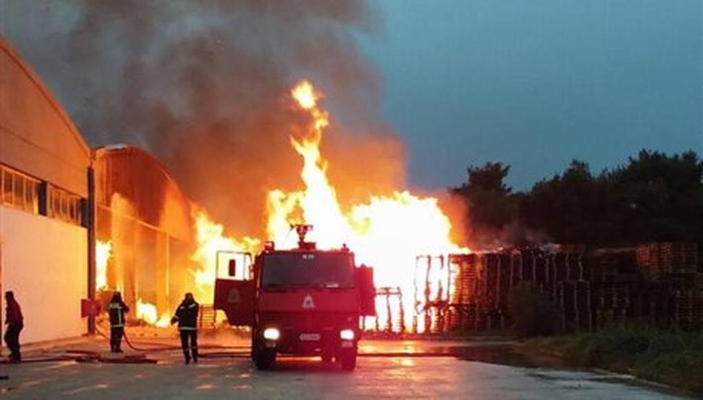 Υπό έλεγχο η μεγάλη πυρκαγιά στα εργοστάσια στη Θεσσαλονίκη