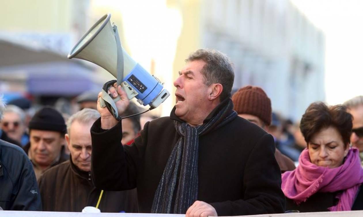 Θεσσαλονίκη: Συγκέντρωση συνταξιούχων με συνθήματα, πανό και... εορταστικά κεράσματα