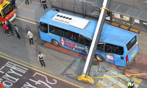 Βίντεο-ΣΟΚ: Η συγκλονιστική στιγμή της κατάρρευσης γερανού πάνω σε κατάμεστο από κόσμο λεωφορείο