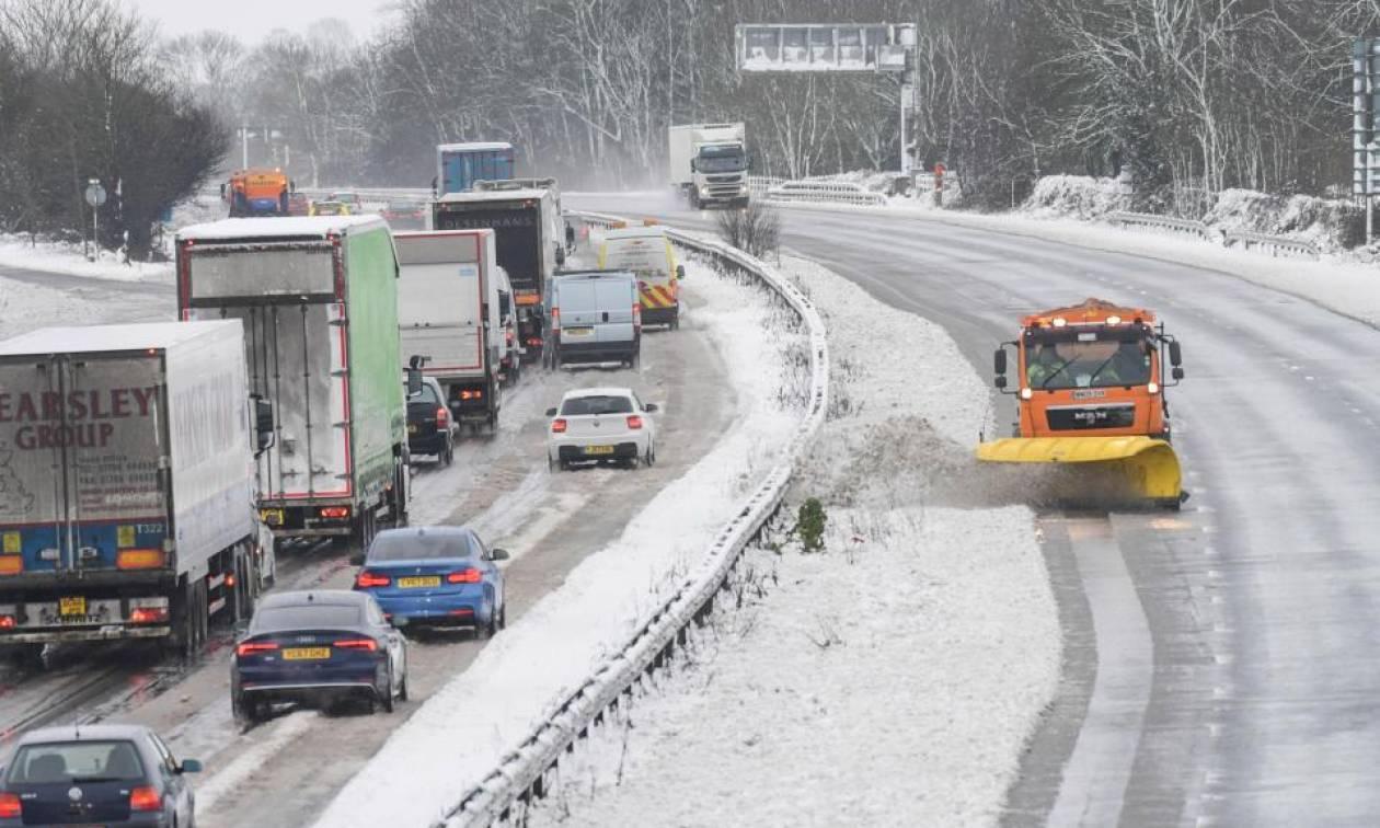 Στην «κατάψυξη» η Βρετανία: Μεγάλα προβλήματα στις συγκοινωνίες από το ψύχος και το χιόνι