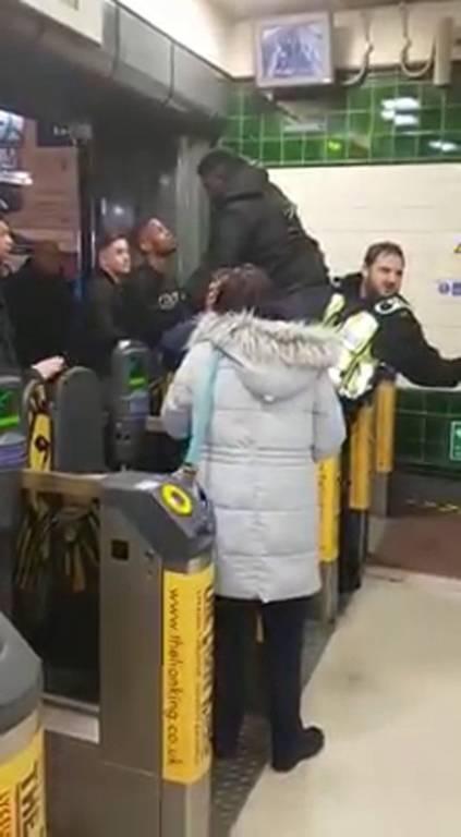 Απίστευτο βίντεο: Μάγκωσε το… πέος του στις μπάρες σε σταθμό του Μετρό (pics)