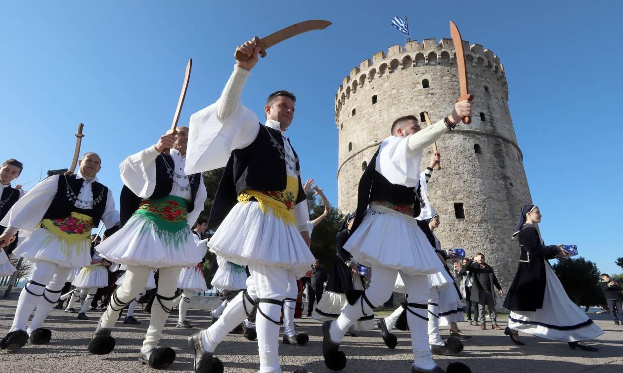 Πρωτοχρονιά 2018: Λεβεντιά! Οι «Φουστανελάδες» της Χαλάστρας ξεσήκωσαν τη Θεσσαλονίκη (pics)