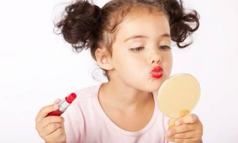 Σάλος με τα βίντεο 3χρονου κοριτσιού που παραδίδει μαθήματα μακιγιάζ! (vds)
