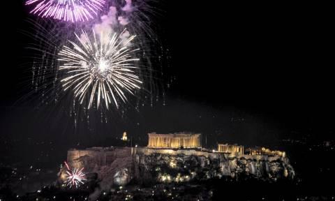 Με πυροτεχνήματα και ευχές για μια καλύτερη χρονιά υποδέχτηκε η Ελλάδα το 2018!
