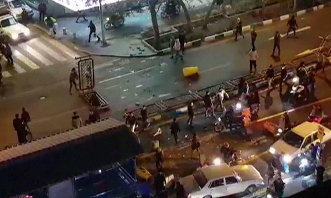 Ιράν: «Πόλεμος» στους δρόμους της Τεχεράνης – Νεκρός ένας αστυνομικός και 10 διαδηλωτές