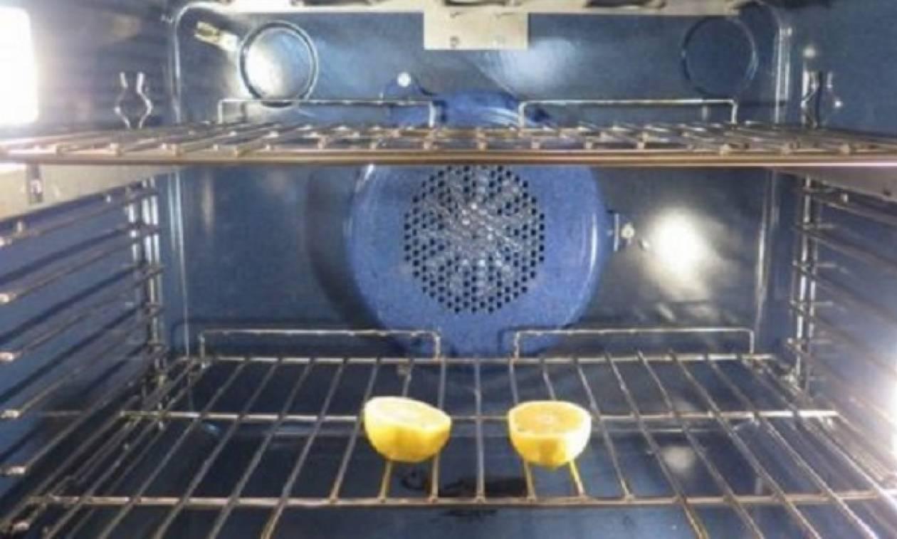 Κόβει ένα λεμόνι και το βάζει στο φούρνο της. Όταν δείτε γιατί θα το κάνετε αμέσως!