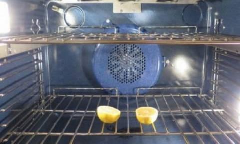 Κόβει ένα λεμόνι και το βάζει στο φούρνο της. Δεν υπάρχει περίπτωση να μην το δοκιμάσετε...
