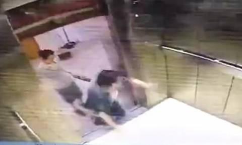 Φρικιαστικό ατύχημα: Χάζευε στο κινητό της, σκόνταψε στο ασανσέρ και της κόπηκε το πόδι (vid)