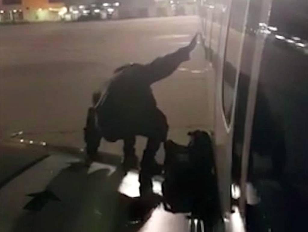 Απίστευτο βίντεο: Άναυδοι οι αεροσυνοδοί - Επιβάτης πτήσης βγήκε στο φτερό του αεροσκάφους για να…